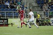 Olomoučtí fotbalisté (v červeném) remizovali se Slováckem 0:0Pavel Moulis (u míče)