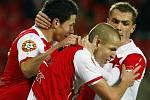 Slávista Hloušek (druhý zprava) se se spoluhráči raduje z gólu