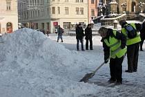 Dlouhodobě nezaměstnaní odklízejí v olomouckých ulicích sníh