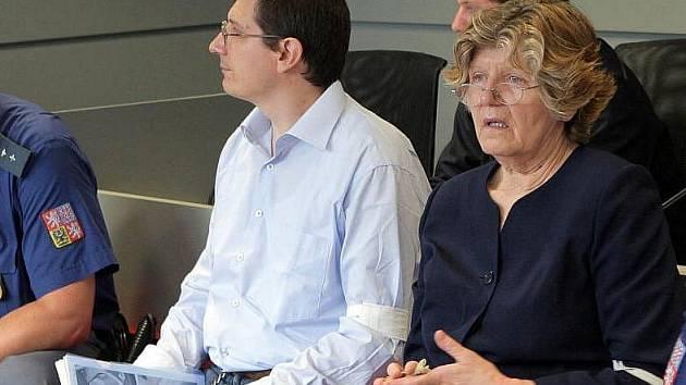 Pavel Nárožný a jeho matka u krajského soudu v Olomouci