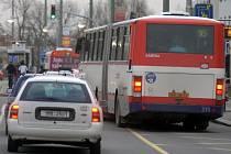 Autobus olomoucké MHD vyjíždí ze zastávky.