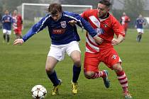 Fotbalisté Hněvotína (v červeném) proti Kralicím