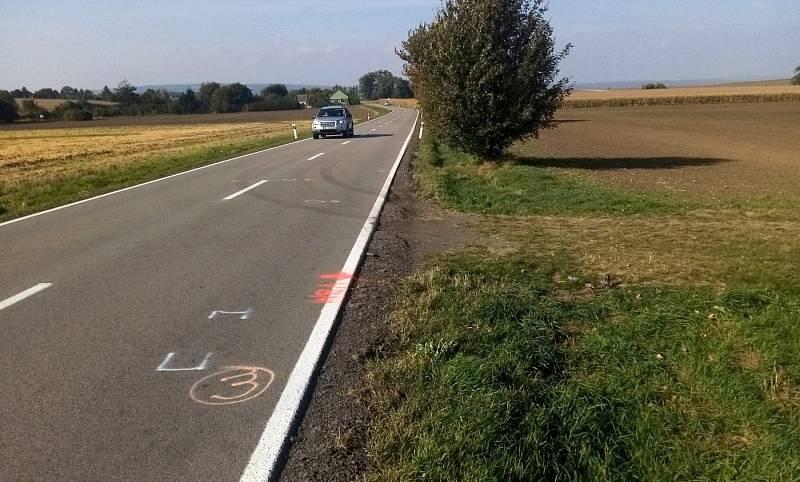 Místo tragické srážky auta s cyklistou na silnici mezi Olomoucí a Topolany, která se stala večer 30. září 2021. Snímek z 2. října 2021