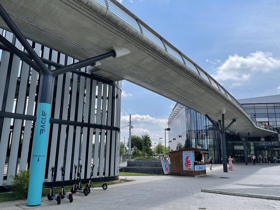 V 1. podlaží Galerie Šantovka v Olomouci finišují přípravy nového očkovacího místa pro zájemce bez registrace. Otevře v úterý, 26. července 2021.