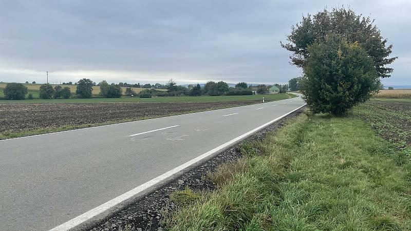 Silnice Olomouc - Topolany. Místo, kde 30. září došlo k tragické nehodně, při níž zahynul cyklista, 7. října 2021