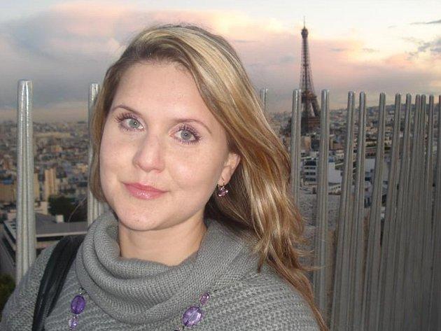 Osmadvacetiletá Veronika Smutná pochází z Olomouce, kde studovala na Slovanském gymnáziu. V Paříži už žije pátým rokem. Pracuje na doktorátu ve výzkumném centru Gustave Roussy, kde se zabývá výzkumem rakoviny prsu.