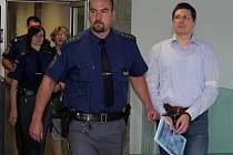 Krajský soud v Olomouci řeší vraždu manželského páru z Přerova. Za jejich vraždu obžalovaní dva lidé – kromě syna zavražděného muže také pětašedesátiletá žena, matka obžalovaného a bývalá manželka oběti