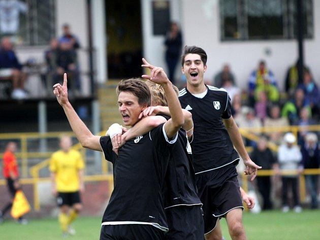 Radující se fotbalisté holického béčka. Ilustrační foto