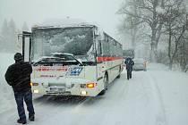 Autobus náhradní dopravy. Foceno 19.4.2017 v 7.00 nad Horní Lipovou směr Ramzová