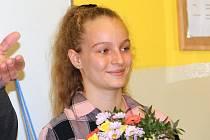 Třináctiletá Viktorka Kudrnová z Olomouce zachránila o dva roky mladšího kamaráda z rozvodněné řeky. Hejtman Josef Suchánek žákyni ZŠ Demlova ocenil za statečnost