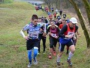 Běžci zahajují výběh na Kosíř, s číslem 21 Petra Kamínková.
