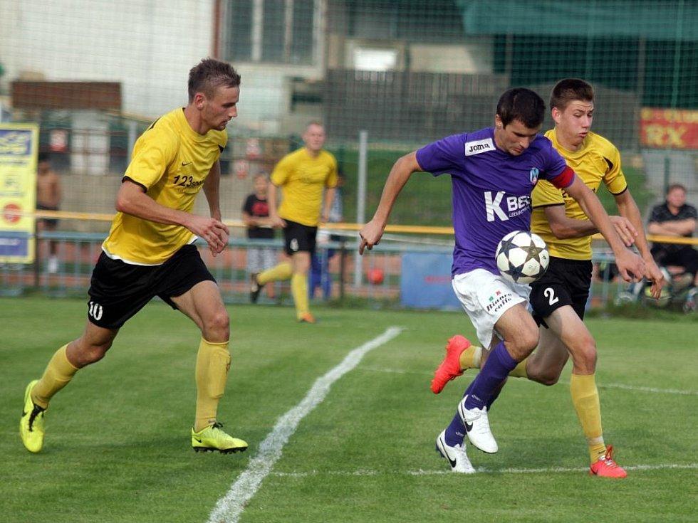 Fotbalisté Nových Sadů (ve žlutém) proti Velkým Losinám