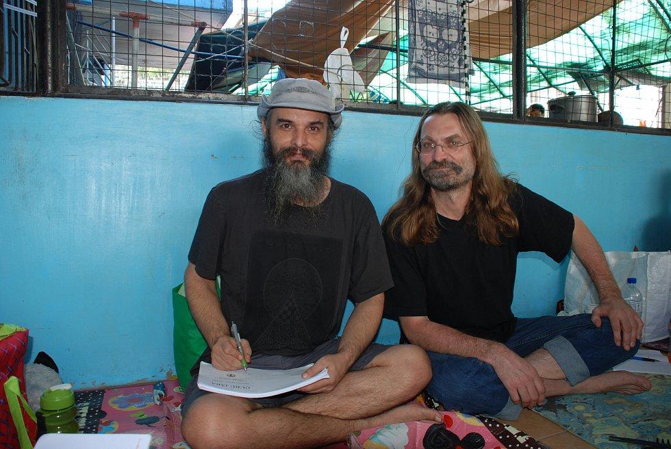 Fotka z Manily, kde je Jaroslav Dobeš (Guru Jára) zadržovaný v detenčním zařízení společně s Barborou Pláškovou