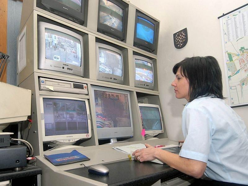 Policistka kontroluje na monitorech dění ve Šternberku.