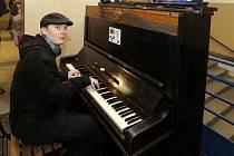 Veřejné piano na olomouckém hlavním nádraží