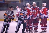 Typická situace zápasu. Hráči Havlíčkova Brodu v čele s kapitánem Janem Dušátkem při jedné z neustálých diskuzí s dvojicí hlavních rozhodčích.