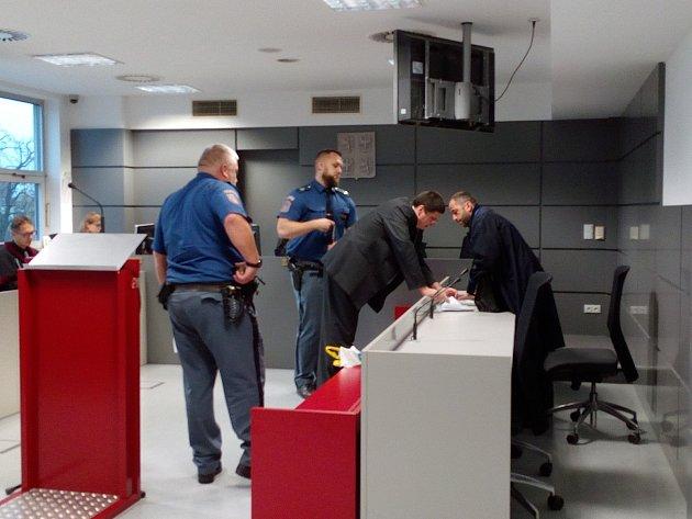 Pavel Nárožný dorazil v pátek k soudu jako vždy v poutech, za doprovodu policie