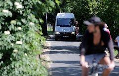 """Uzavírka mostu u Bristolu a její důsledky - Místně znalí řidiči využívají možnosti objížďky Černou cestou. Směs aut, chodců, cyklistů vytváří dopravní """"dostihy""""."""