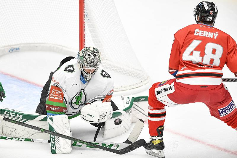 Utkání 1. kola hokejové extraligy: HC Olomouc - BK Mladá Boleslav, 10. září 2021 v Olomouci. (zleva) Tomáš Černý z Olomouce a brankář Gašper Krošelj z Mladé Boleslavi.