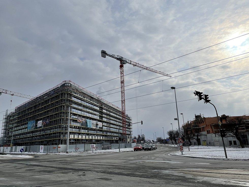 Výstavba na třídách Kosmonautů a 17. listopadu v Olomouci. Na snímku Envelopa Office Center a byty Šantova, únor 2021
