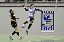 Martina Salčáková (s míčem)