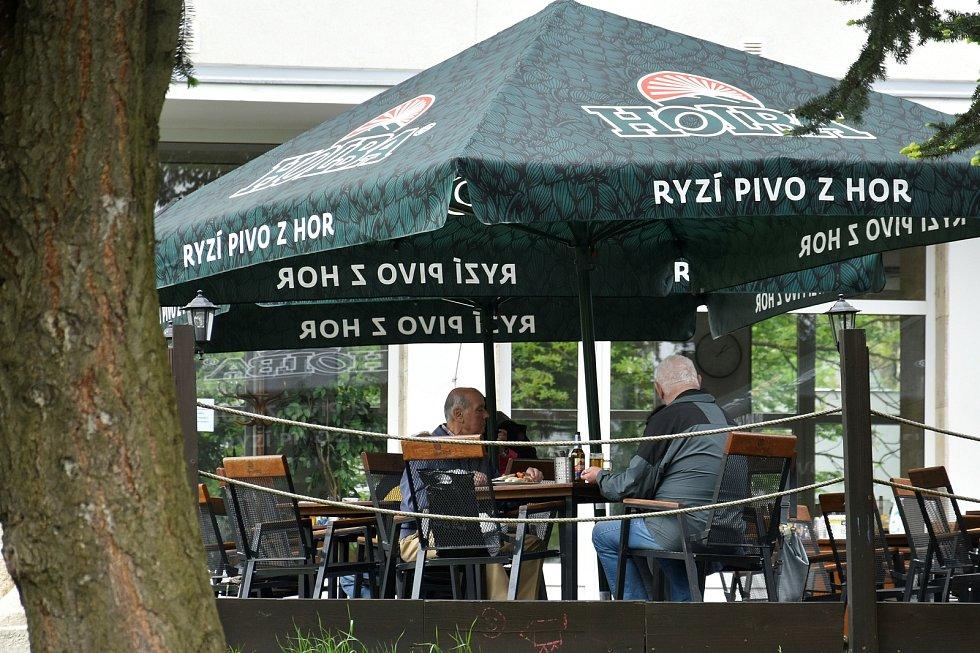 Zahrádky olomouckých restaurací otevřely poprvé po rozvolnění i nevlídném počasí, 17. května 2021