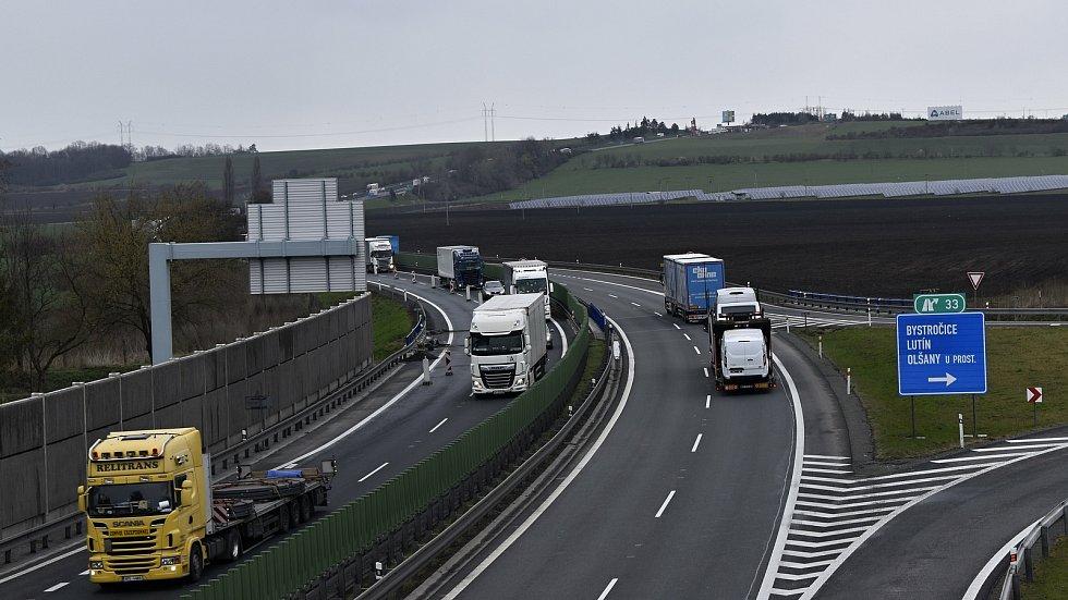 Plynulost dopravy na hanácké dálnici mezi Olomoucí a Prostějovem omezuje oprava mostu v Olšanech u Prostějova.