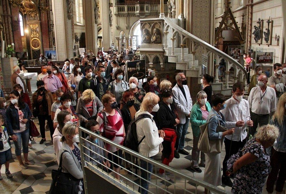 Lidé vcházejí do krypty v olomoucké katedrále uctít památku zavražděného krále Václava III., 4. srpna 2021