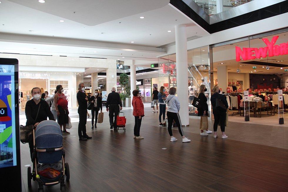 Olomoucká obchodní galerie Šantovka první den znovuotevření obchodů, dopoledne 10. května 2021