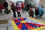 Svíčky na olomouckém Horním náměstí jako připomínka výročí okupace Tibetu