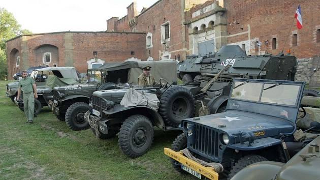 Setkání majitelů historické vojenské techniky na fortu na Nové Ulici