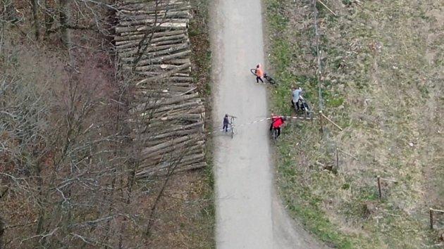 Letecké záběry zachytily cyklisty v zakázané zóně