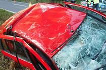 Tragicky skončila nedělní ranní dopravní nehoda v olomoucké městské části Holice. Opilý řidič tam havaroval do stromu, jeho spolujezdec na místě zemřel.