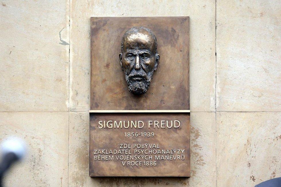 Odhalení pamětní desky Sigmundu Freudovi vedle hlavního vchodu do kavárny Opera na Horním náměstí v Olomouci