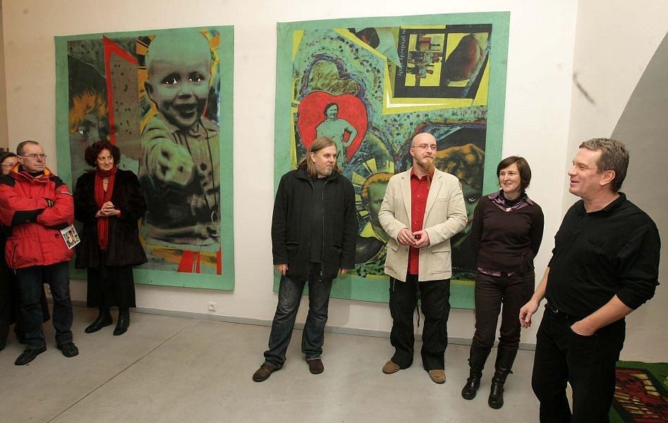 Vernisáž výstavy Pavla Formana (třetí zprava) v olomoucké galerii Caesar. Zcela vpravo galerista Miroslav Schubert