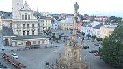 Alkoholem posilněný mladý muž vyšplhal na mariánský sloup v centru Uničova