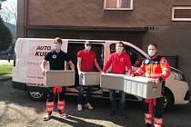 HC Olomouc pomáhá rozvozem jídla záchranným složkám Olomouckého kraje. Na obrázku sportovní manažer klubu Josef Podlaha (v červeném vlevo) a press manažer klubu Tomáš Schimedt (v červeném vpravo).