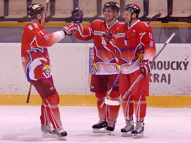 Milan Ministr (zleva), Jan Mikel a Martin Růžička se radují z gólu