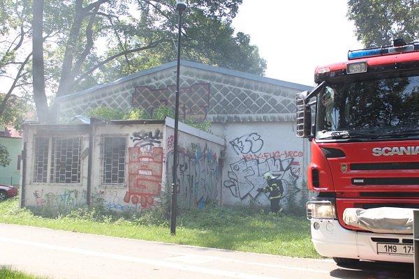 Požár vpavilonu vedle školky volomouckých Bezručových sadech