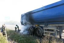 Půlhodinová práce s hašením si vyžádala zastavení dopravy.