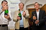 Oslavy vítězství ve volební štábu ČSSD v Olomouci - vpravo lídr kandidátky Jiří Rozbořil, vedle odstupující hejtman Martin Tesařík, vlevo jeho náměstek Alois Mačák