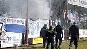 Výtržnosti při utkání Utkání FK Pardubice (ve červenobílém) a SK Sigma Olomouc (v modrém) na hřišti pod Vinicí v Pardubicích.