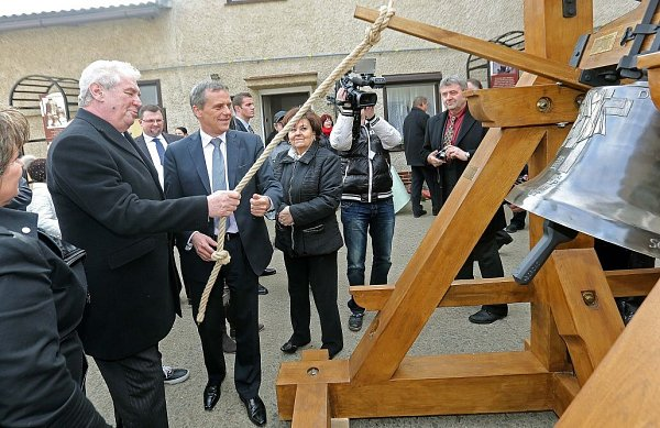 Prezident Zeman ve zvonařské dílně vBrodku uPřerova