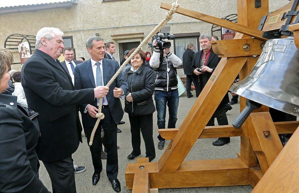 Prezident Zeman ve zvonařské dílně v Brodku u Přerova