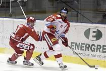 Olomoučtí hokejisté (v bílém) podlehli vedoucímu týmu extraligy z Třince 1:2. David Nosek (vlevo) a Jan Knotek.