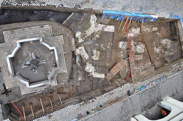 Pozůstatky po gotické kapli svaté Markéty (na snímku část půdorysu stavby blíže ke kašně) a torzo románské stavby, která se překrývá skaplí.