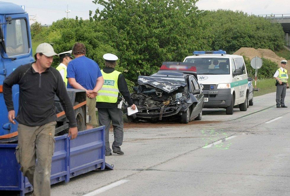 Přední část osobního vozu je zničena.