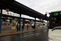 Senioři a studenti si užívají 75procentních slev. Na hlavním autobusovém nádraží v Olomouci ráno některé až zaskočilo, jak levný je pro ně ode dneška přesun linkovými autobusy.