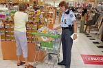 Zlaději často berou věci z tašek v nákupních vozících