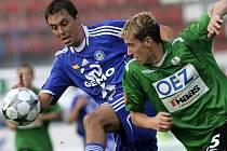 Michal Ordoš (vlevo) bojuje o míč